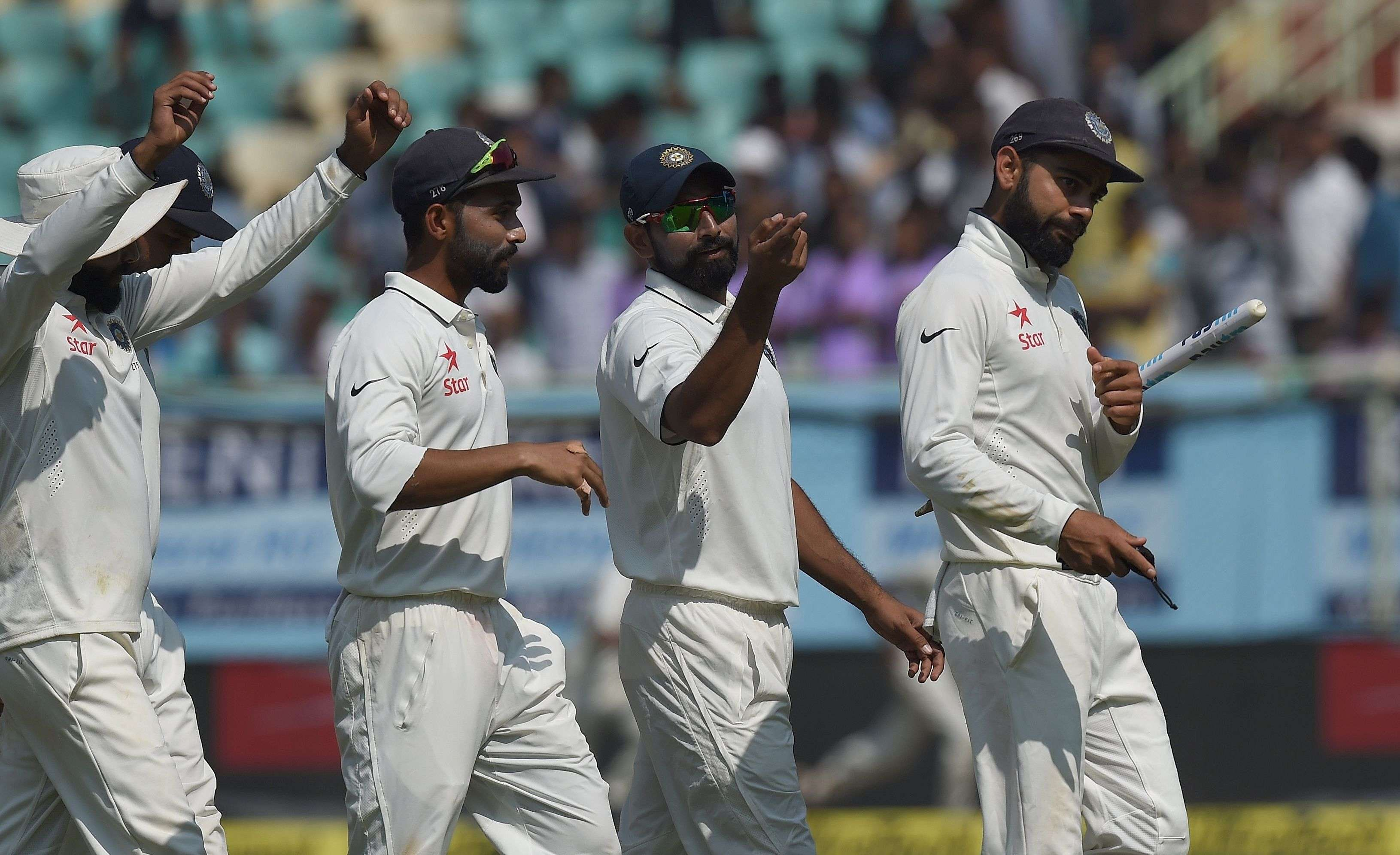 Indian captain Virat Kohli (R) walks back to the pavillion with teammates after victory over England during the last day of the second Test cricket match between India and England at the Dr. Y.S. Rajasekhara Reddy ACA-VDCA Cricket Stadium in Vishakhapatnam on November 21, 2016. ----IMAGE RESTRICTED TO EDITORIAL USE - STRICTLY NO COMMERCIAL USE----- / AFP PHOTO / PRAKASH SINGH / ----IMAGE RESTRICTED TO EDITORIAL USE - STRICTLY NO COMMERCIAL USE----- / GETTYOUT