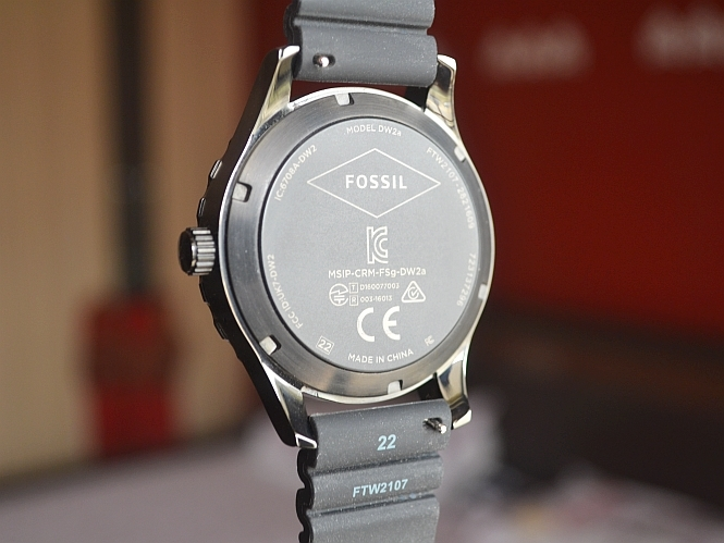eddfb797e5c07 Besides, a stutter-free performance, the smartwatch comes with 20 preloaded  watchfaces, most of them imitate the look of a classic analogue watch.