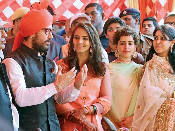 Mahavir Singh Phogat, Aamir Khan, Geeta Phogat and Sakshi Tanwar (L to R) (photo Ajay Gautam, BCCL)