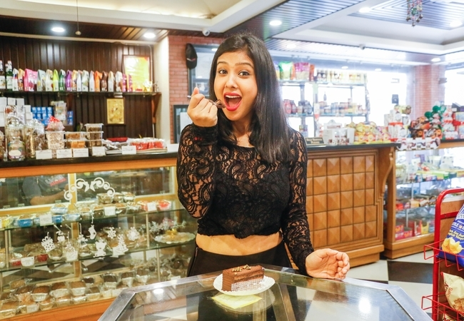 rsz_prerna_panwar_eating_a_belgium_chocolate_pastry_in_a_bakery_on_rajpur_road_2