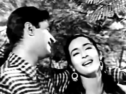 A still from the song Chhod Do Aanchal Zamana Kya Kahe Ga