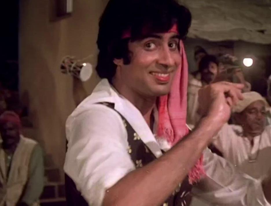 A still from the song Khaike Paan Banaras Wala