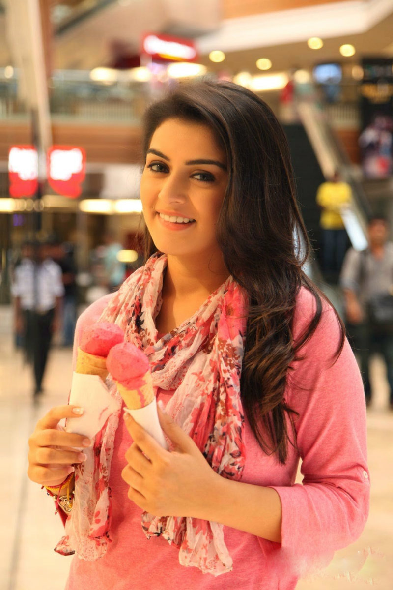 Hansika Motwani hot cleavage and navel pic looking adorable with ice cream xxx