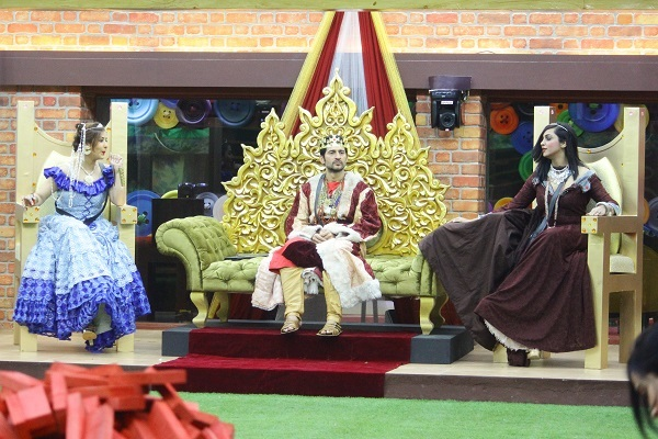 Shilpa and Arshi Khan try to woo Hiten in Bigg Boss royal task where Hiten is a King; Shilpa and Arshi are his two queens.