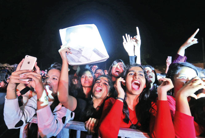 IMG_0952-THE-CROWD-WHILE-CHEERING-FOR-THE-SINGER-AS-HE-PERFORMED-AT-THE-FEST-OF-THE-COLLEGE