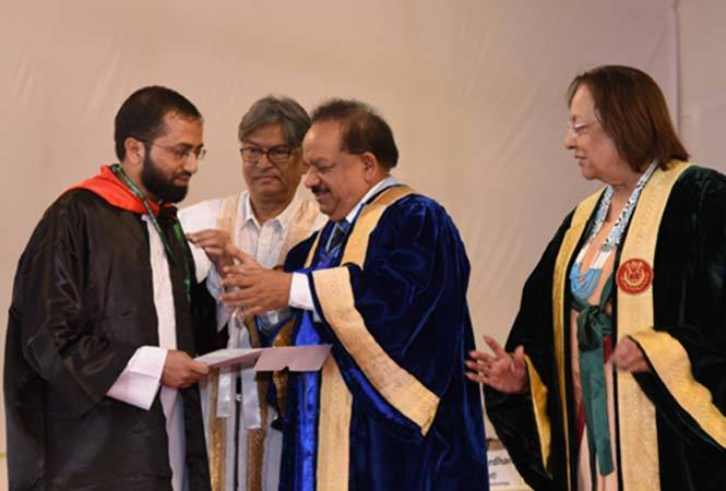2-Union-Minister-Dr-Harsh-Vardhan-presenting-a-medal-and-degree-to-a-topper-at-JMI's-annual-conovation-today