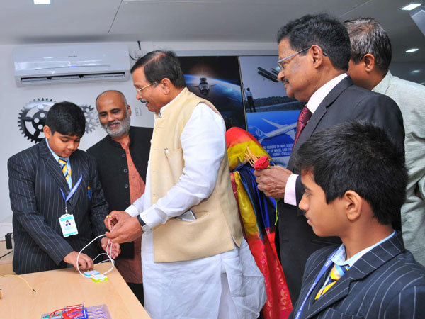 Shri.-Shripad-Yesso-Naik-from-Ministry-of-AYUSH,Dr.-R-Varadarajan,-Founder-President-NES-SVB-group-with-students