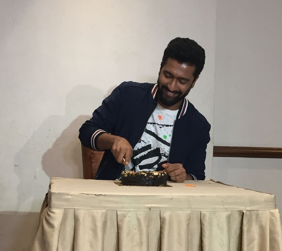 Vicky Kaushal cuts his birthday cake