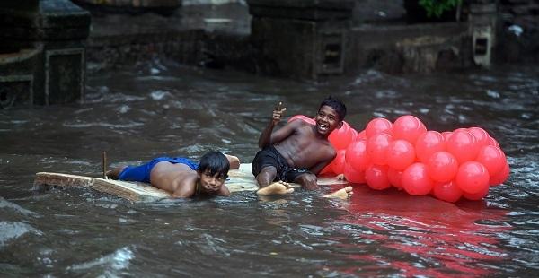 Children play in waterlogged area of Kings Circle, Matunga. Photo: PTI