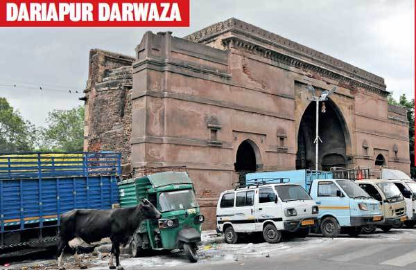 DARIAPUR DARWAZA: ASI has issued notice to several illegal establishments that surround Dariapur Darwaza. Illegal parking of both commercial as well as private four-wheelers is a huge problem at this monument. Constant traffic ensures the Darwaza — the only one in the city with small jharokhas on the outer walls — is never in full view of the public.