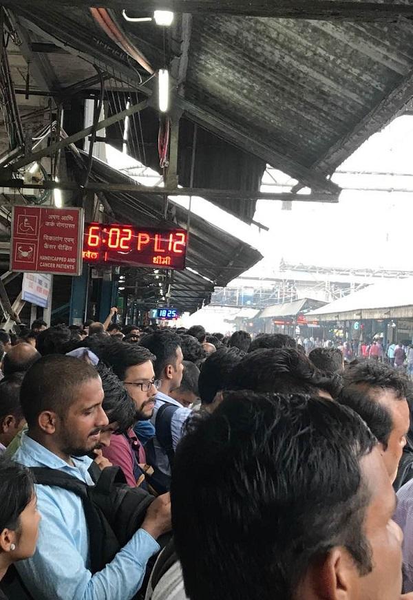 Kurla station Platform No. 7 at 6:25 pm. Photo by Trisha Chakravorty/TIL