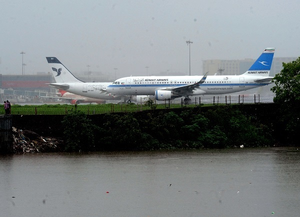 Rains on runway under Mithi river in Kurla. Photo by Sanjay Hadkar/BCCL