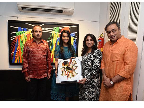 Suresh-Watkar,-Ms-Amruta-Fadnavis,-Artist-Sharvari-Luth-and-Sachin-Khedekar-Jehangir