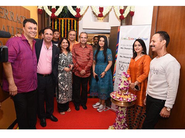 L-R-Ratan-Luth,-Parvez-Damania,-Artist-Sharvari-Luth,-Sachin-Khedekar,-Suresh-Watkar,-Ms-Amruta-Fadnavis-with-sister-and-Mickey-Mehta-Parvez-Damania