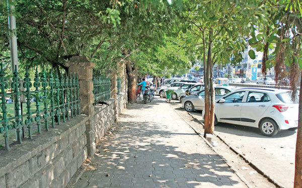 AMC levies entry fee at Vastrapur Lake without providing parking facilty
