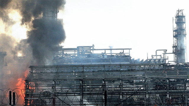 BPCL refinery blaze in Mahul (PHOTO BY SACHIN HARALKAR)