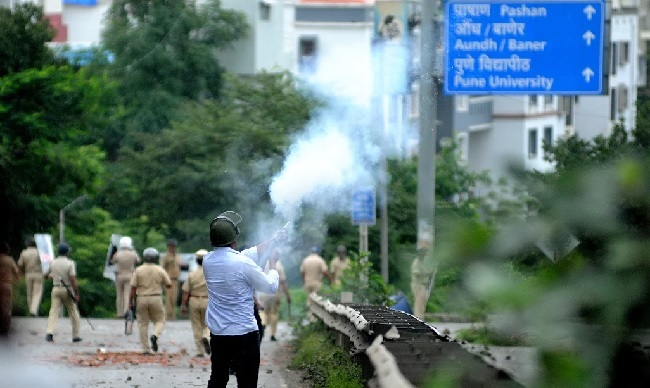 Bandh_Pune Violence_Nikhil 0908 tear gas