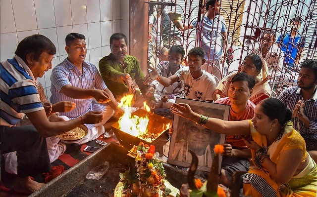 A havan is performed in Patna to pray for Vajpayee's recovery (PTI)