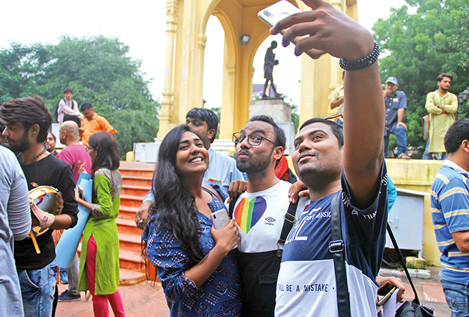 Members of the LGBTQ community clicking a selfie at the GPO park (BCCL/ Aditya Yadav)