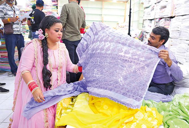 Bharti checking out chikan saris at a shop in the city (BCCL/ Aditya Yadav)