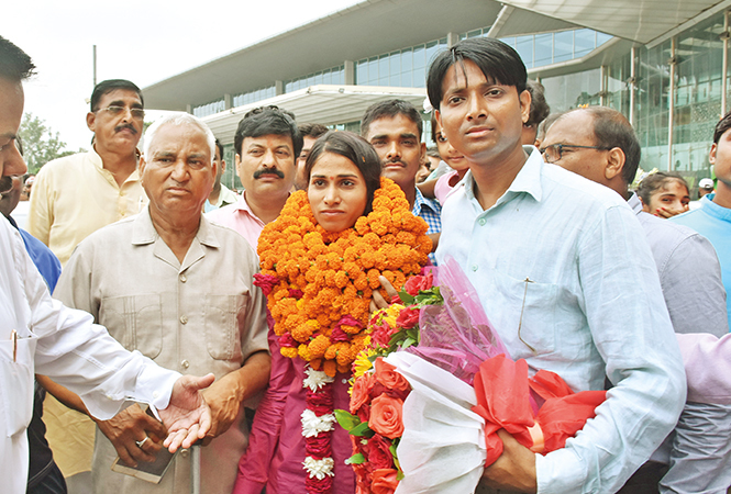 Sudha Singh with her father Hari Narayan Singh (L) & brother Parvesh Narayan Singh at the Lucknow airport (BCCL/ Vishnu Jaiswal)