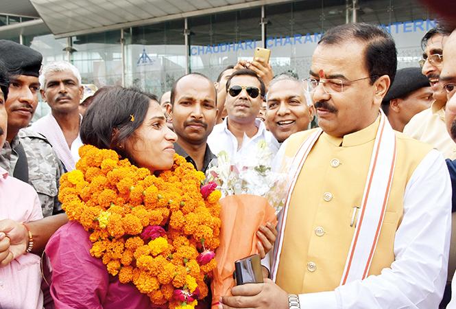 Keshav Prasad Maurya welcoming Sudha Singh at the airport (BCCL/ Vishnu Jaiswal)