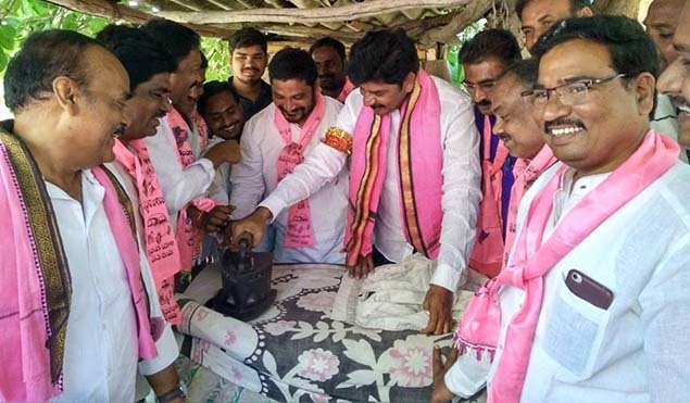 TRS candidate Shankar Naik leaves no stone unturned ahead of Telangana polls on December 7