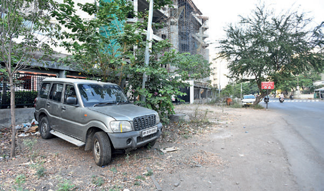 Footpath work on 500 metres between Potnis Parisar and K52 buildings was to start last week and finish by the end of December; however, the presence of unclaimed cars and parked ones has proved to be an obstacle