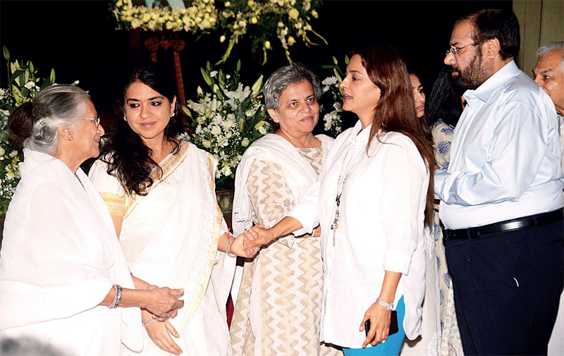 Industrialist Harsh Goenka and actor Juhi Chawla with Nana Chudasama's wife Munira and daughters Shaina and Brinda