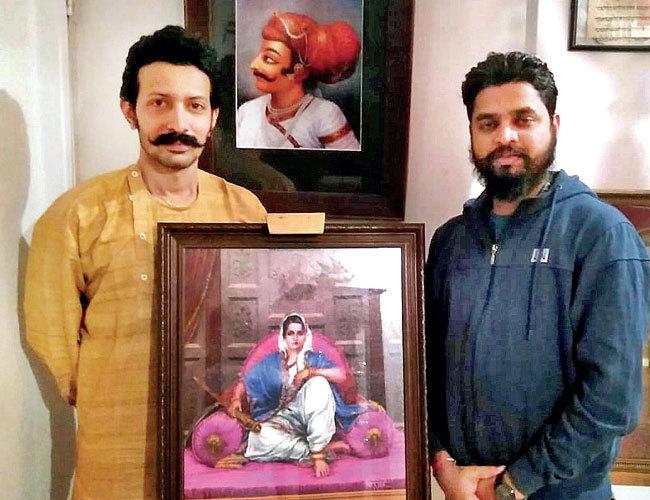Umabai's 13th descendant, Satyasheel (L) with artist Pramod Morti