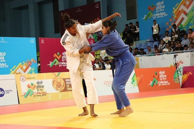 Pinky Balhara (Delhi, in white) beat Ruksana Iqbal (Gujarat) to win the gold medal in the U21 girls Below 52 kgs category