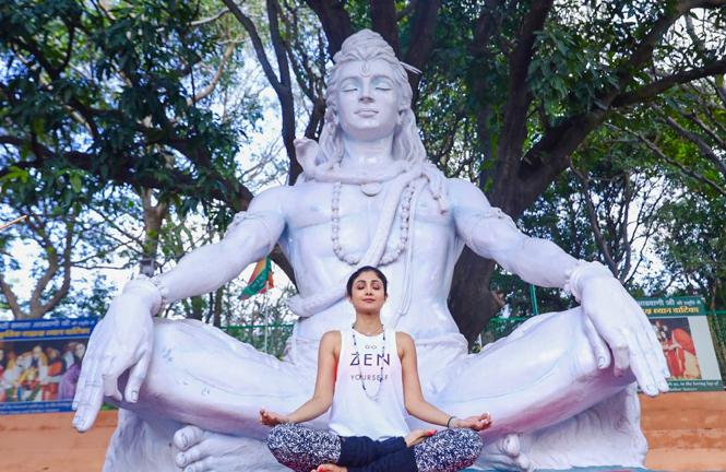 Shilpa Shetty doing Yoga (1)