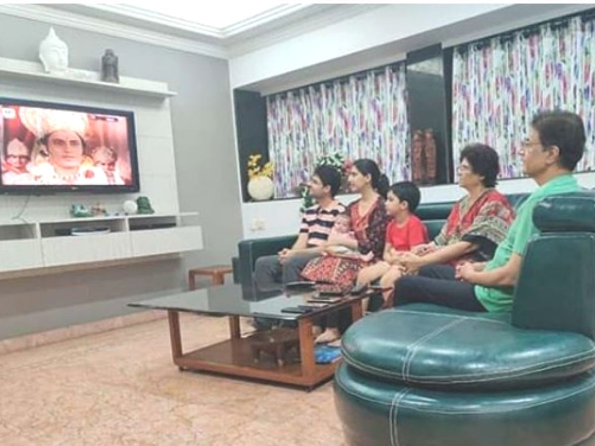 Arun Govil watches 'Ramayan' with family. Photo: Instagram