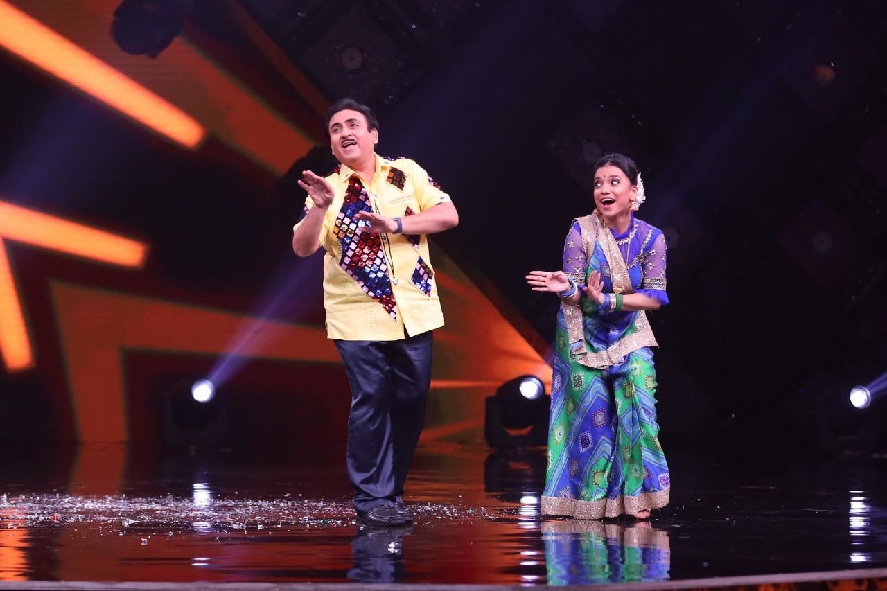 Jethalal dances with a contestant dressed up as Daya
