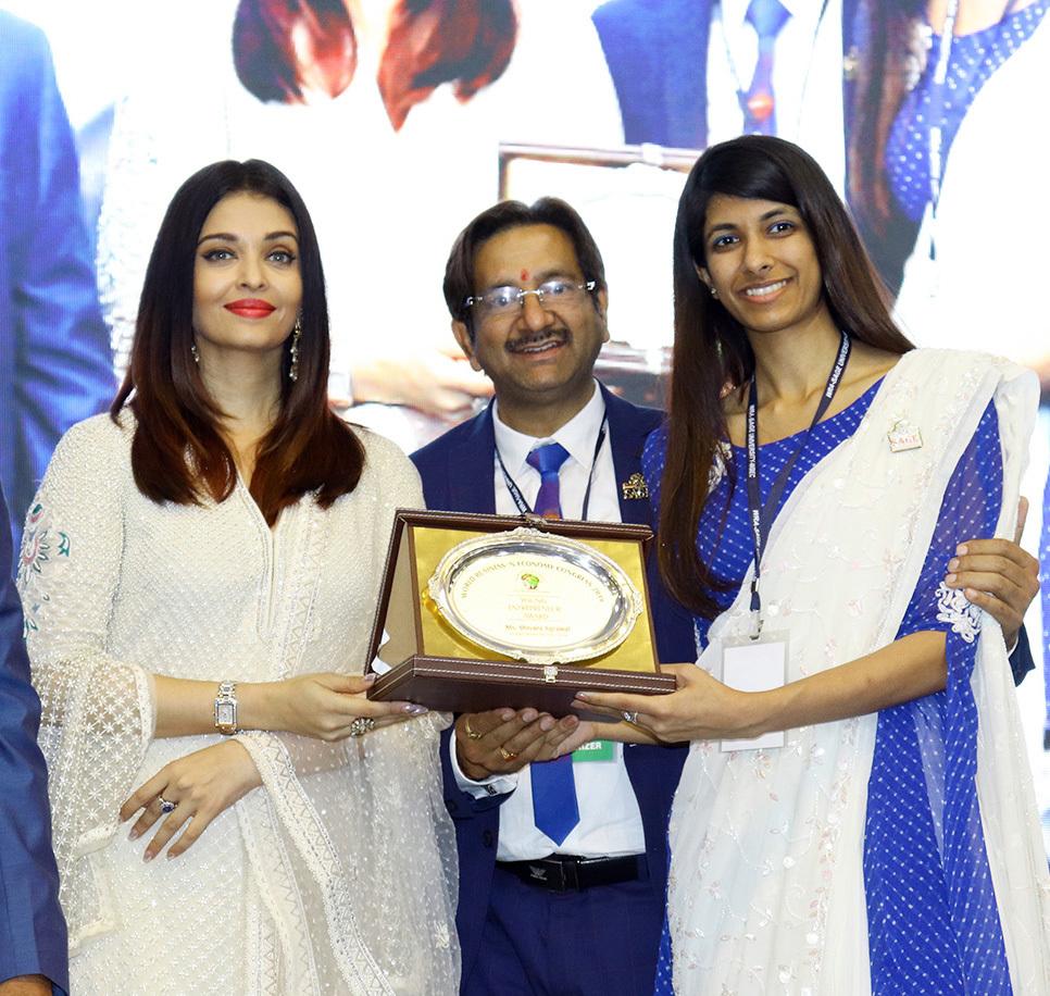 Shivani Agrawal Recieved The Young Entrepreneur Award by Aishwarya Rai