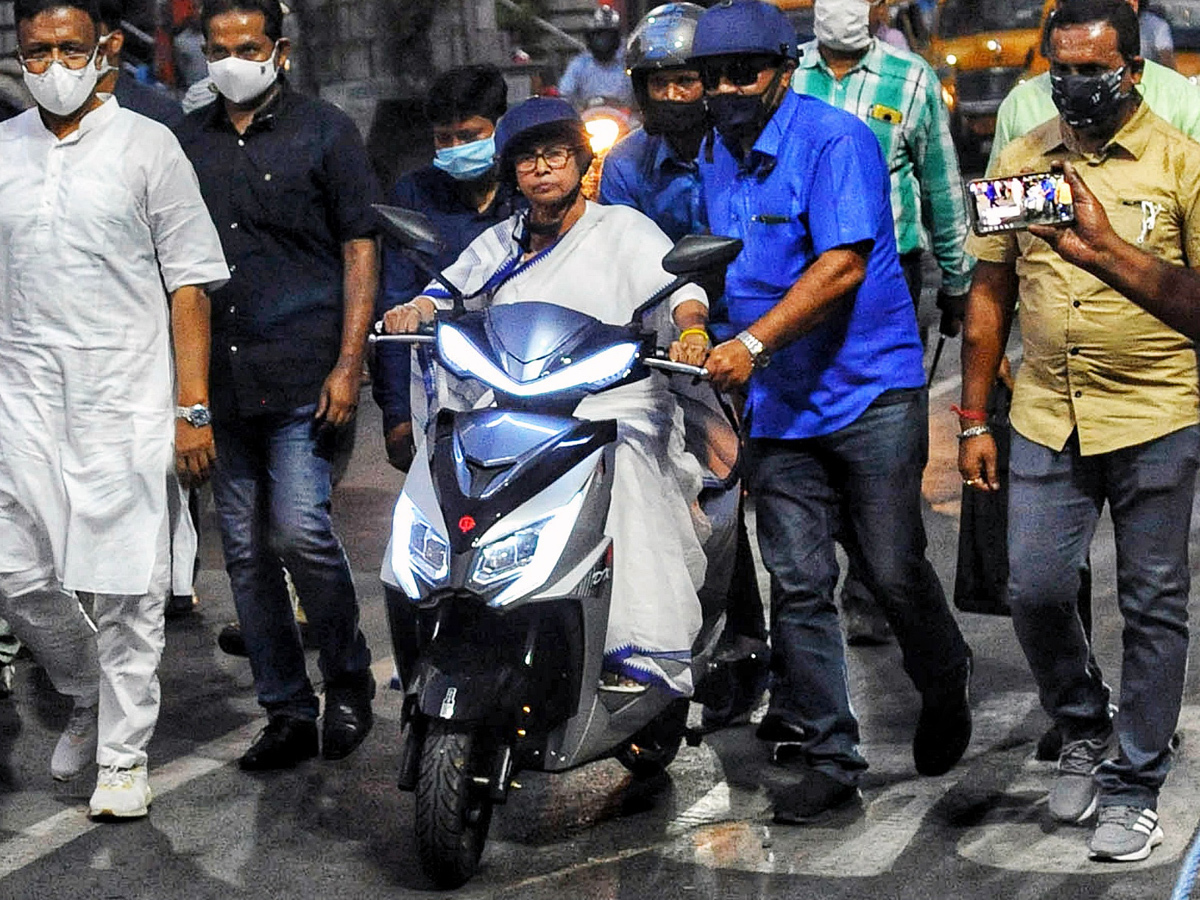 After Mamata, Smriti Irani rides scooty to lead BJP rally in West Bengal |  Election News - Times of India