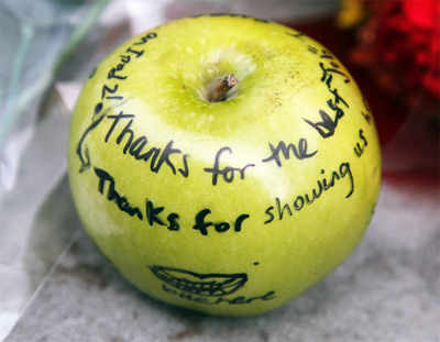 Fans pay tribute to Steve Jobs