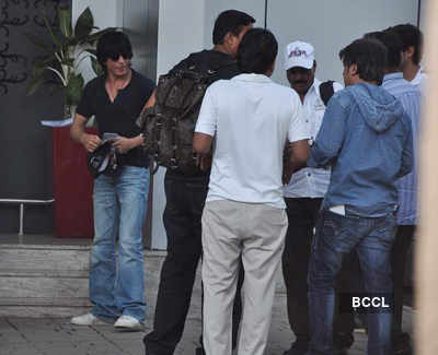SRK clicked at domestic airport