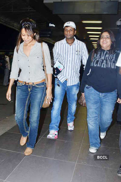 Gauri leaves for 'Ra.One' London premiere