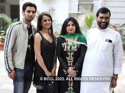 Kangna Ranaut And Chirag Paswan With Reena And Ram Vilas Paswan