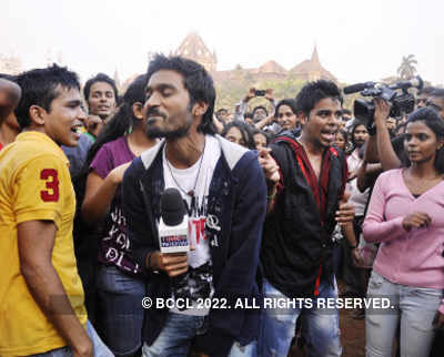 Dhanush joins 'Kolaveri' flash mob!