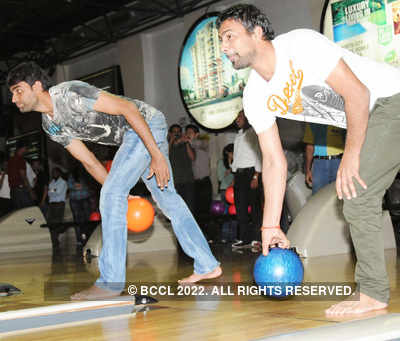 Munaf, Praveen play bowling alley game