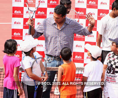 Mahesh Bhupati plays Tennis with kids