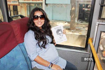 'Pregnant' Vidya Balan travels on bus