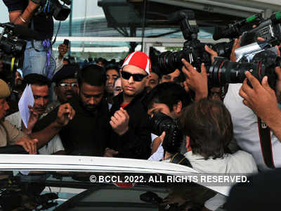 Recovering Yuvraj Singh returns to warm welcome
