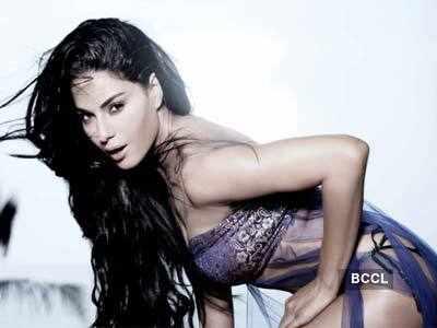 'Supermodel' Veena Malik mobbed by Fiji fans