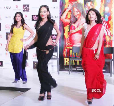 Akki, Sonakshi @ a fashion show