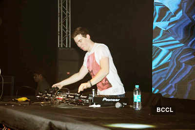 DJ Hardwell performs live!