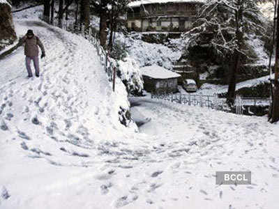 Skiers on slopes of Manali