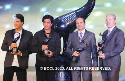 SRK unveils 'TOIFA' trophy